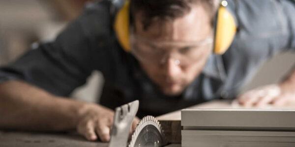 Addeto alla fabbricazione industriale di mobili e articoli in legno